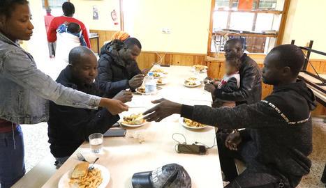 Algunes de les persones desallotjades per l'incendi dinant a la Manreana.