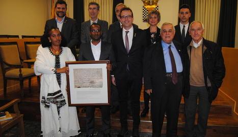 Acosta, segon per la dreta, al costat de l'alcalde, i altres membres del consistori i del jurat del premi.