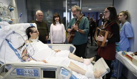 Una de les sessions de musicoteràpia, ahir a la Unitat de Cures Intensives de l'Arnau de Vilanova.