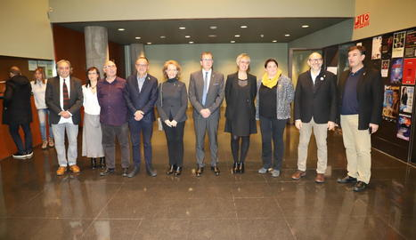 Representants de les institucions i del jurat, ahir amb els dos guanyadors al vestíbul de l'Auditori de Lleida poc abans de la gala.