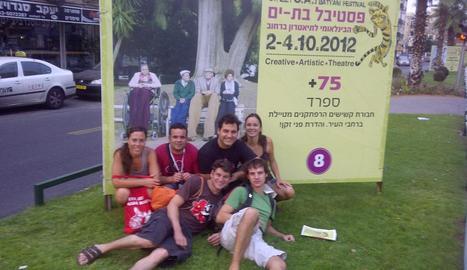 +75. La companyia davant el cartell que anunciava el seu espectacle +75 a la ciutat israeliana de Bat Yam l'any 2012.
