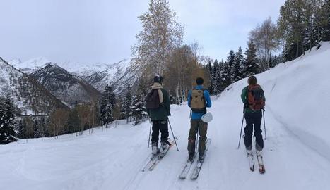 Membres del Club d'Esquí de Bellver de Cerdanya van entrenar-se ahir a l'estació de Lles.