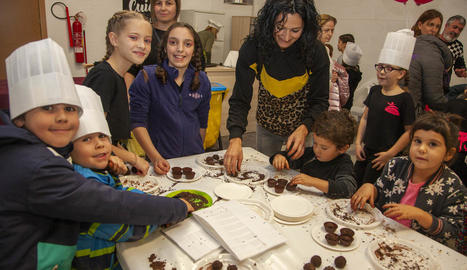 Nens van aprendre a elaborar trufes de xocolate.