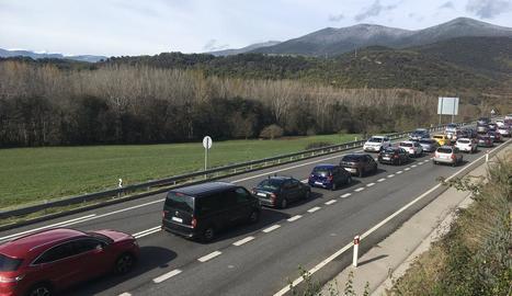Imatge de les retencions ahir al migdia a l'N-145 cap a Andorra.