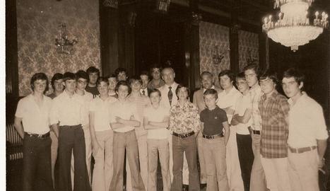 Jugadors dels equips cadet i infantil durant la recepció al Govern Civil pel doblet estatal el 1976.