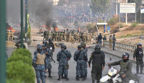Militars i policies s'enfronten a centenars de manifestants, entre ells 'cocaleros' a Cochabamba.