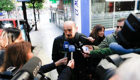 El diputat del PRC, José María Mazón, fa unes declaracions a la premsa després de la reunió amb la socialista Adriana Lastra, a Oviedo.
