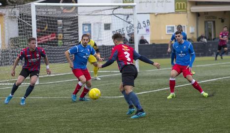 Salinas intenta xutar una pilota a l'àrea del Vista Alegre, ahir durant el partit.