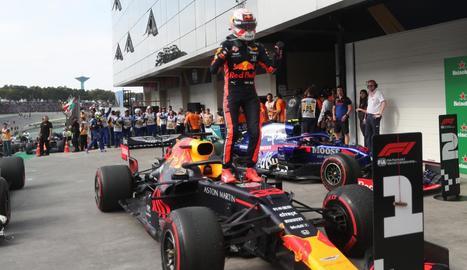Max Verstappen, sobre el seu cotxe al final de la carrera.