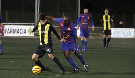 Un jugador del Pardinyes intenta controlar la bimba en una acció del partit d'ahir a Pardinyes.