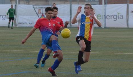 Guiu pica la pilota davant la pressió rival en una de les jugades dels locals a l'encontre.