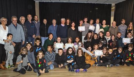 Foto dels organitzadors i els actors que van participar ahir a la tarda en el concurs.