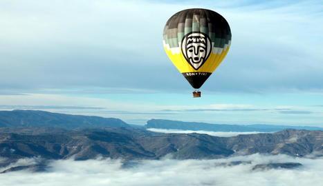 Un globus sobrevolant ahir el Geoparc Orígens.