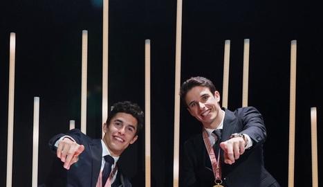 Àlex i Marc Márquez posen al costat de l'italià Lorenzo Dalla Porta a la foto de final de temporada com a campions del món del 2019.