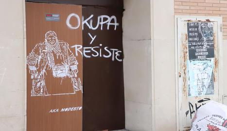 El grafiti que representa una de les dones desallotjades.