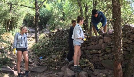 Joves italians i francesos treballant al camí dels Racons.