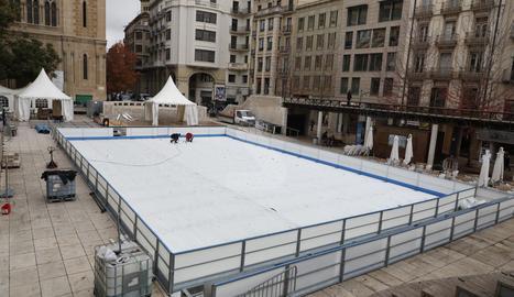 Comencen a instal·lar la pista de gel de Lleida