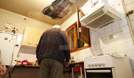 Imatge de la cuina, amb un enorme forat al sostre