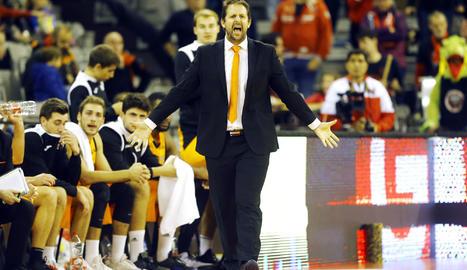 Jorge Serna continuarà dirigint l'equip després que la junta no li hagi acceptat la dimissió.