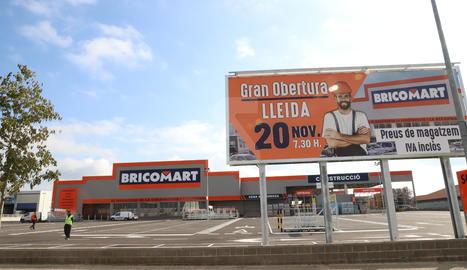 Exterior del magatzem Bricomart, ahir al matí