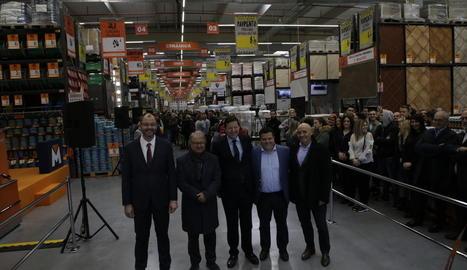 Directius, autoritats i treballadors, ahir durant l'acte d'inauguració del magatzem.