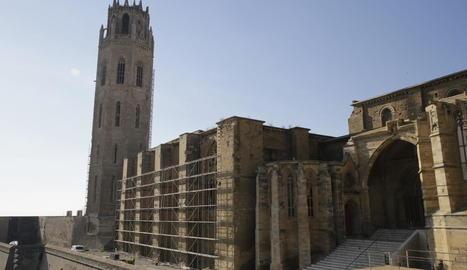 La façana del mirador del claustre de la Seu Vella ja llueix les bastides per a les obres a les cobertes.