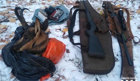 Les armes i el cap d'isard decomissats pels Rurals.