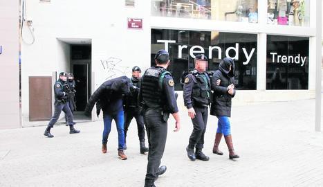 La Guàrdia Civil va detenir dos persones en un pis del carrer Travessia del Carme a Lleida ciutat.