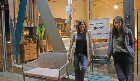 Sara i Rosa treballen en una botiga que cada dia tanca a les 19.00 h.