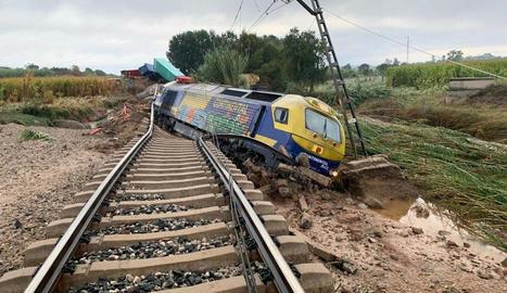 El tren descarrilat a l'altura de Puigverd de Lleida.