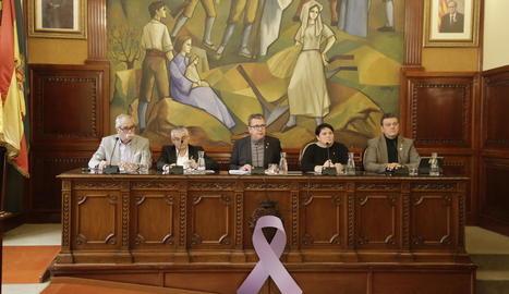 La taula presidencial amb un llaç en contra de la violència masclista.