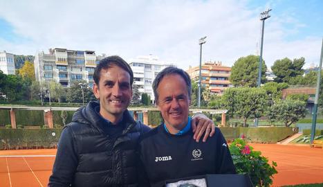 Els dos tenistes del club lleidatà, amb els trofeus.