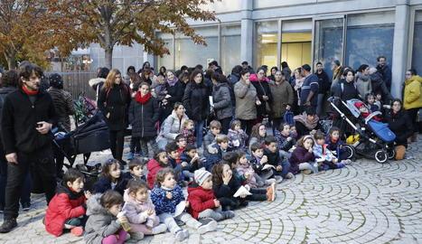 Nens i familiars que van participar ahir a la tarda en la festa del 38 aniversari de l'Aula de Teatre.