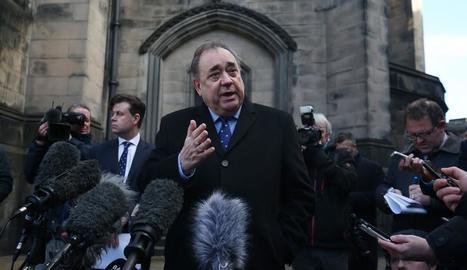 Salmond va negar davant de la premsa tots els càrrecs contra ell d'abusos sexuals i violació.