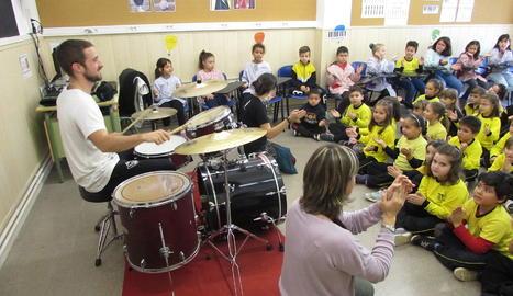 La bateria, protagonista a l'escola Enric Farreny de Lleida en el Dia de la Música