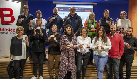 Representants i agents culturals de Tàrrega, ahir a la presentació amb el carnet de la bilioteca.
