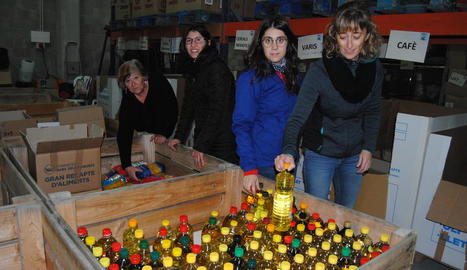 Una dona col·labora amb el Gran Recapte en un dels punts solidaris instal·lats ahir a Lleida.