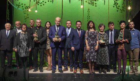 Foto de família dels guardonats amb les autoritats i representants del Centre Cultural.