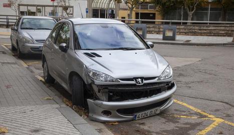 Imatge del cotxe després de xocar contra la motocicleta, ahir.