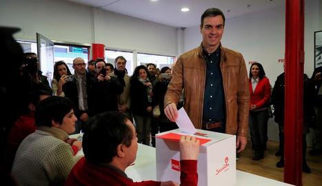 Pedro Sánchez vota en la consulta per avalar el preacord per a una coalició amb Unides Podem.