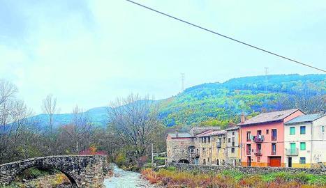 El carrer Riupedrós de Vilaller, a la dreta de la imatge.