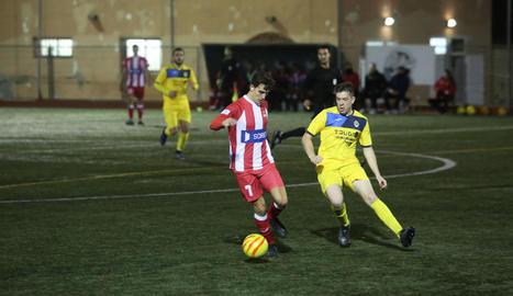 Un jugador del Tàrrega pugna per la pilota ahir davant de diversos jugadors del Valls.