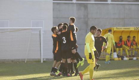 Els jugadors del Pinyana celebren el primer gol del partit.