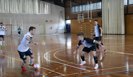 Una acció del partit d'ahir entre el Lamsauto Futsal Lleida i el Barceloneta.