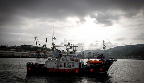 Imatge del tonyinaire basc 'Aita Mari' que, amb l''Open Arms', espera permís per poder atracar.