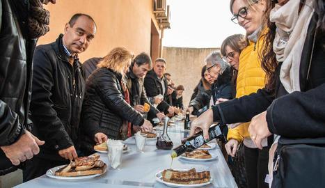 Visitants degustant ahir l'oli de Juncosa.
