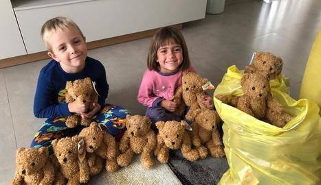 Nens del Joan XXIII amb els óssos de peluix solidaris.