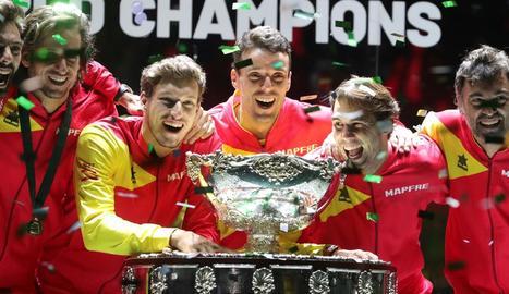 Els jugadors de l'equip espanyol després de rebre el trofeu, conegut com l'enciamera, que els acredita com a guanyadors de la Copa Davis.