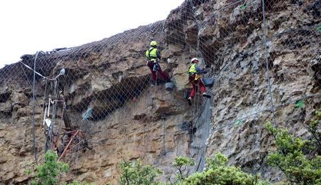 Obres en talussos de la carretera LV-9124 a la zona de Castell de Mur, amb alt risc geològic.