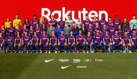 Fotografia paritària - El FC Barcelona va fer ahir la fotografia oficial de la temporada, en la qual van posar junts els jugadors i tècnics tant de la primera plantilla femenina com de la masculina. Entre els dos entrenadors, Ernesto Valverde i e ...